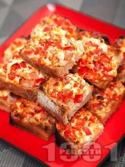 Парти хапки сандвичи от печени филийки с червени чушки, яйчен пастет, шунка и сирене на фурна - снимка на рецептата